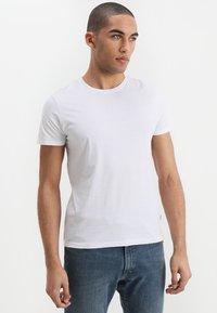 Wrangler - TEE 2 PACK - Basic T-shirt - white - 1