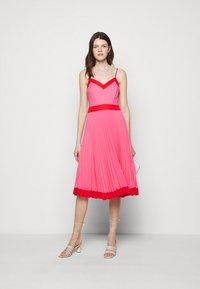 Milly - JILL PLEAT POLY DOBBY DRESS - Korte jurk - watermelon/coral - 1