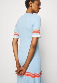 Victoria Victoria Beckham - STRIPE DETAIL SOFT SUMMER DRESS - Sukienka z dżerseju - pale blue - 3