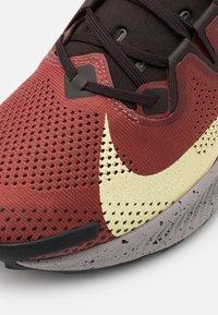 Nike Performance - PEGASUS TRAIL 2 - Trail hardloopschoenen - claystone red/life lime/velvet brown/healing orange/black/college grey - 5