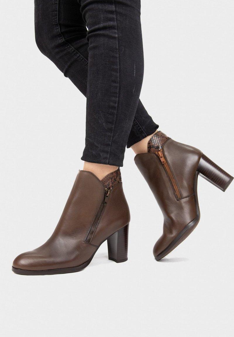 Eva Lopez - Classic ankle boots - camel