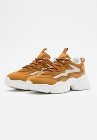 NA-KD - REFLECTIVE DETAIL TRAINERS - Joggesko - cognac - 2