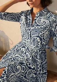 Boden - Shirt dress - dunkles petrolblau, sommerliches paisleymuster - 3