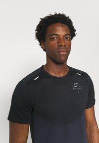 Nike Performance - RUN - Print T-shirt - black/thunder blue/silver - 3