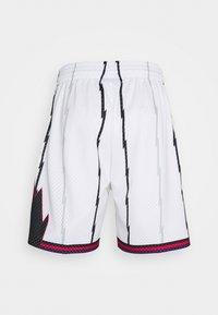 Mitchell & Ness - NBA TORONTO RAPTORS SWINGMAN SHORTS - Sports shorts - white - 1