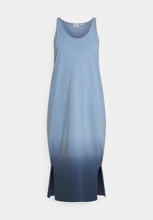 NMOMBRE CALF DRESS - Žerzejové šaty - faded denim/ombre dark denim