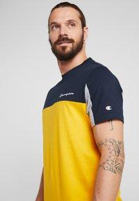 Champion - CREWNECK - T-shirt med print - yellow - 3