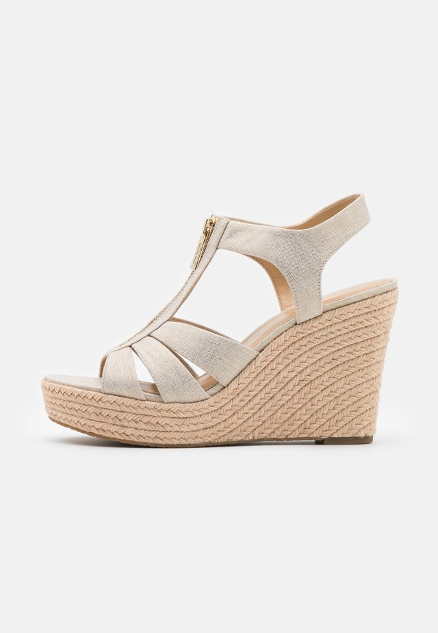 BERKLEY WEDGE - Sandalias de tacón - pale gold
