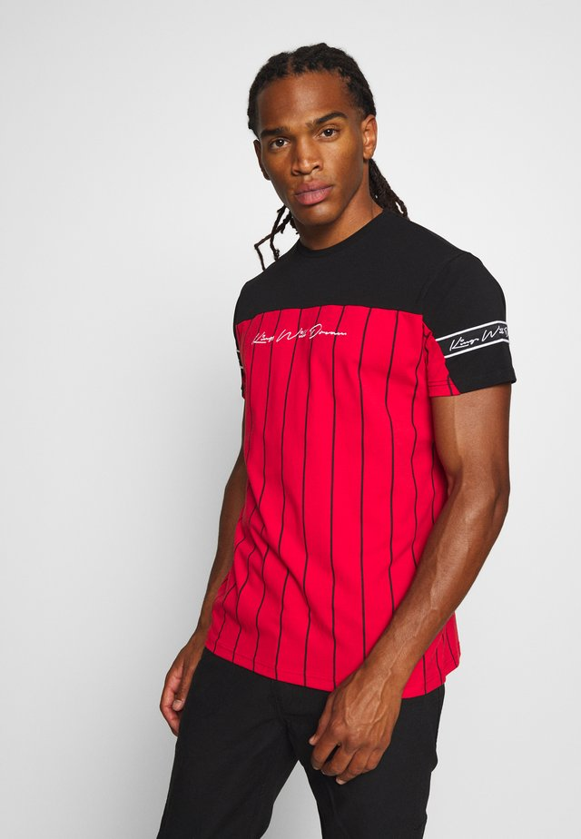 YEZ TEE - T-shirt con stampa - black/red