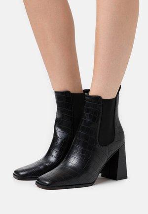 FLARED BLOCK HEEL BOOTS - Ankelboots med høye hæler - black