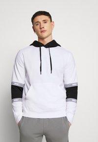 Calvin Klein Jeans - BLOCKING LOGO TAPE HOODIE - Sweat à capuche - bright white - 0