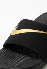 Nike Performance - KAWA SLIDE UNISEX - Chanclas de baño - black/metallic gold - 2