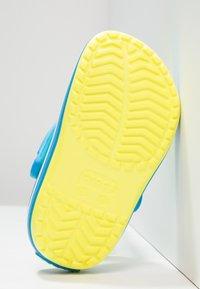 Crocs - CROCBAND - Sandały kąpielowe - tennis ball green/ocean - 4