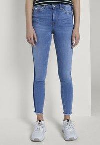 TOM TAILOR DENIM - MIT STREIFEND - Jeans Skinny Fit - mid stone blue denim - 0