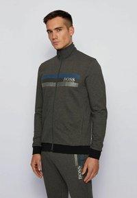 BOSS - AUTHENTIC - veste en sweat zippée - dark grey - 0