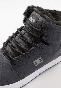 DC Shoes - CRISIS HIGH WNT - Zapatillas altas - charcoal grey - 5
