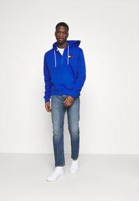 Tommy Jeans - HALF ZIP HOODIE UNISEX - Sweatshirt - providence blue - 1