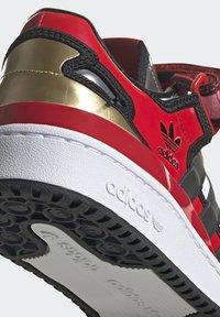 adidas Originals - FORUM LOW SIMPSONS DUFF UNISEX - Zapatillas - red/core black/ftwr white - 7