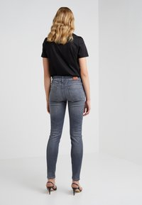 CLOSED - BAKER LONG - Jeansy Slim Fit - mid grey - 2