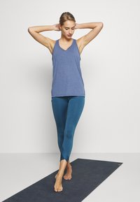 Nike Performance - YOGA LAYER TANK - Camiseta de deporte - diffused blue - 1