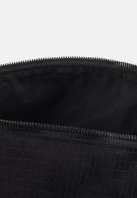 Nike Sportswear - HERITAGE DUFFLE  - Sports bag - black/black/white - 2