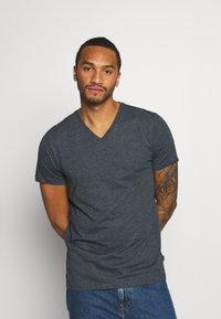 Burton Menswear London - SHORT SLEEVE V NECK 3 PACK - T-shirt basic - black/white/navy - 2