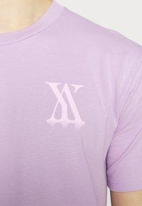 YAVI ARCHIE - RANDOM LOGO - Print T-shirt - lavender - 6