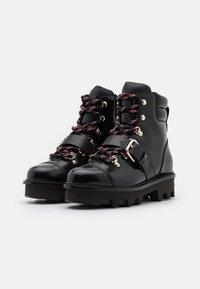 Red V - COMBAT BOOT - Kotníkové boty na platformě - nero - 2
