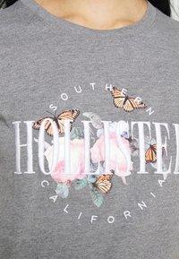 Hollister Co. - TECH CORE - Print T-shirt - grey - 3