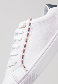 Tommy Hilfiger - CORPORATE DETAIL  - Trainers - white - 2