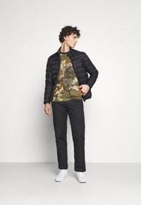 adidas Originals - CAMO TEE - T-shirt imprimé - hemp/brooxi/eargrn/ - 1