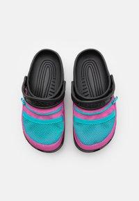 Crocs - CLASSIC VENTURE PACK UNISEX - Drewniaki i Chodaki - black/electric pink - 3