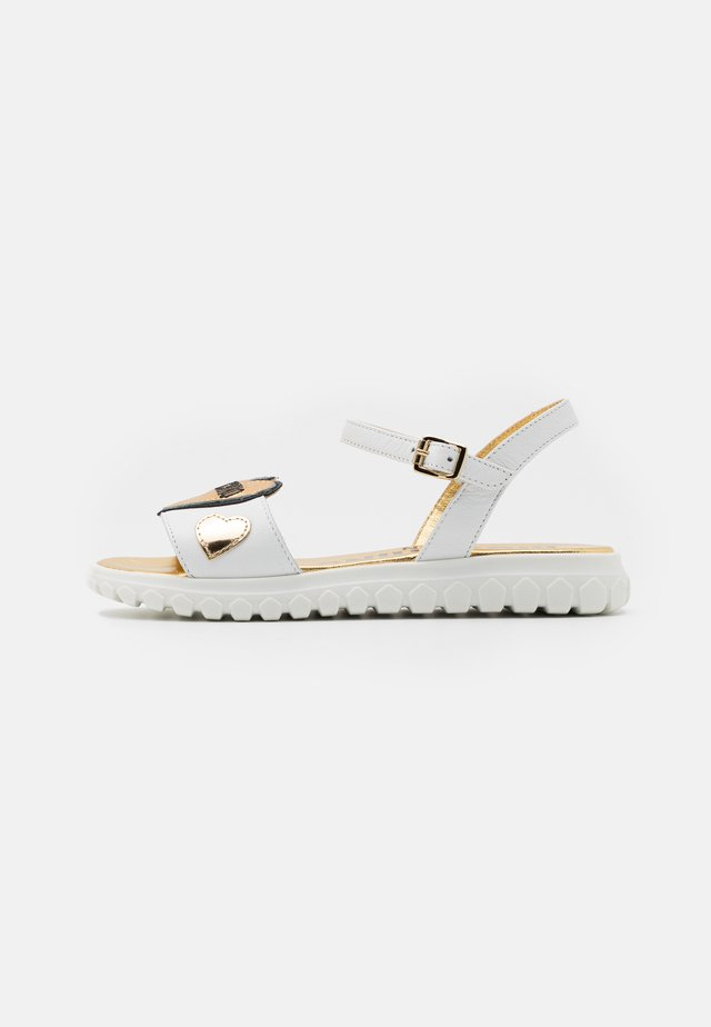 Sandaalit nilkkaremmillä - white