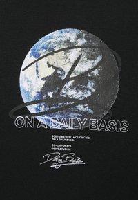 Daily Basis Studios - GLOBE HOOD UNISEX - Collegepaita - black - 2