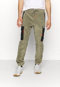 Columbia - FIELD ROC™ BACKBOWL™ PANT - Teplákové kalhoty - stone green/black - 0