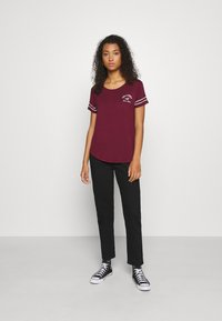Hollister Co. - PRINT CORE - Print T-shirt - burgandy - 1