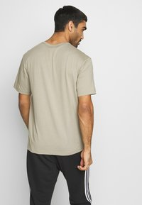 Champion - ROCHESTER WORKWEAR CREWNECK  - T-shirt z nadrukiem - grey - 2