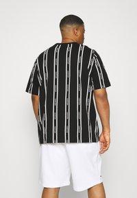 Calvin Klein - VERTICAL LOGO STRIPE - T-shirt med print - black - 2