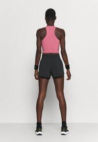 Nike Performance - TEMPO LUXE SHORT  - kurze Sporthose - black/silver - 2