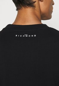 John Richmond - TOLIMA REGULAR - Print T-shirt - black - 6