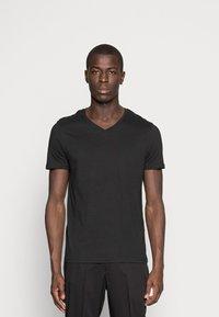 Pier One - 3 PACK  - T-shirt basic - white/black/light grey - 4