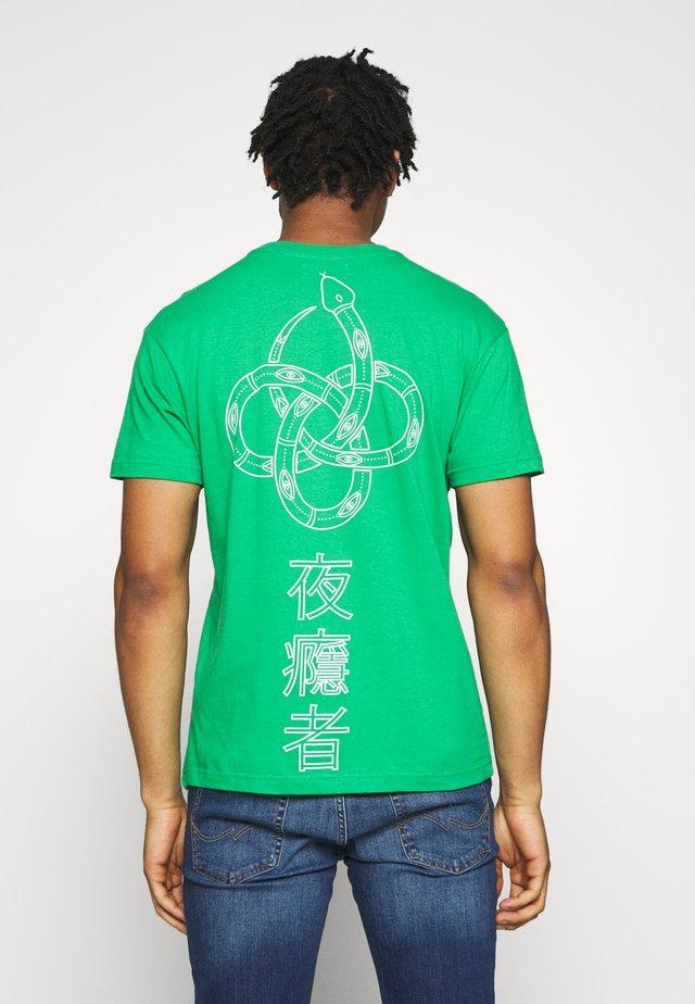 SNAKE - T-shirt imprimé - kelly green/optic white