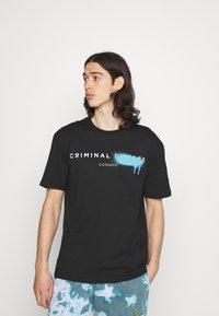 Criminal Damage - LOGO SPRAY TEE - T-shirt imprimé - black - 0