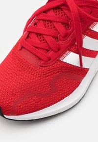 adidas Originals - SWIFT RUN X UNISEX - Sneakers - scarlet/footwear white/core black - 5