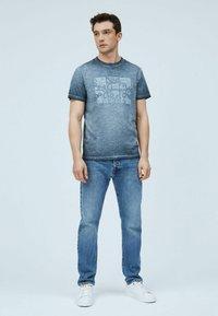 Pepe Jeans - YORAM - Print T-shirt - thames - 1