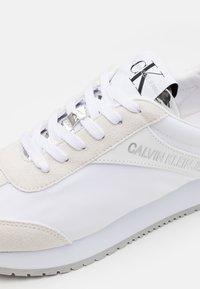 Calvin Klein Jeans - JERROLD - Zapatillas - white/silver - 5