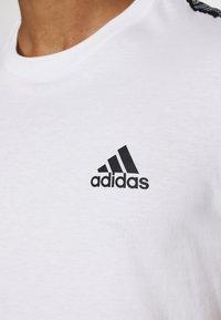 adidas Performance - ESSENTIALS TRAINING SPORTS SHORT SLEEVE TEE - T-shirt imprimé - white/black - 5