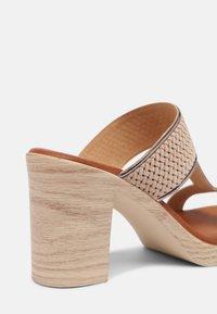 Mis Pepas - Pantofle na podpatku - sand/hardy - 7