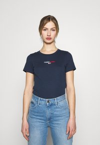 Tommy Jeans - FLAG TEE - T-shirts med print - twilight navy - 0