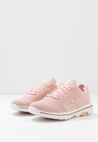 Skechers Performance - GO WALK 5 - Zapatillas para caminar - pink/gold - 2